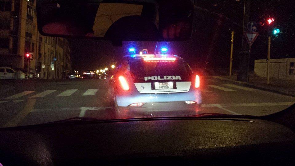 Sentono odore di marijuana, i poliziotti trovano la droga nell cofano e nel vano portaoggetti