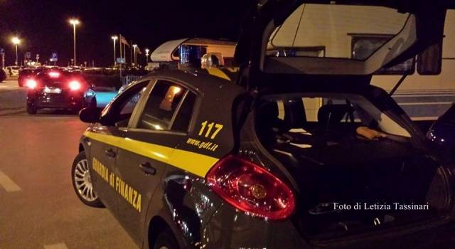 All'alt della GdF a Lido di Camaiore tenta la fuga con 30 dosi di eroina