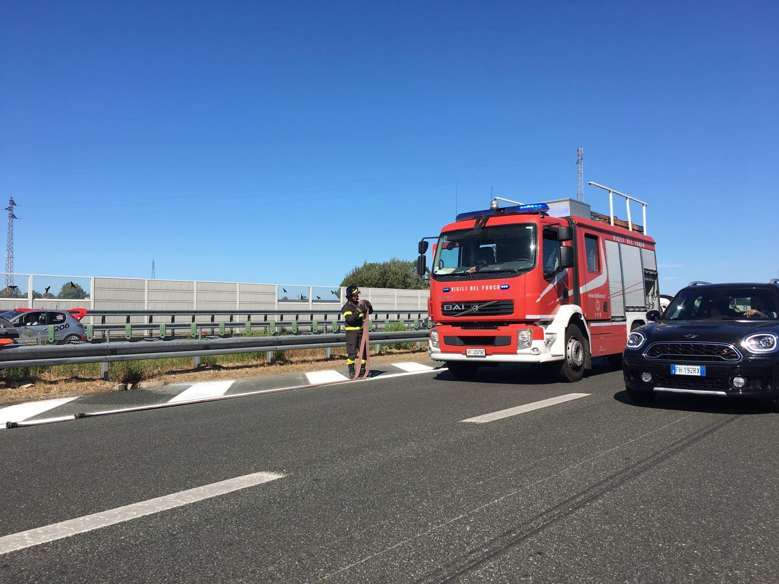 Auto a fuoco in A12, intervengono i vigili del fuoco e la Polstrada