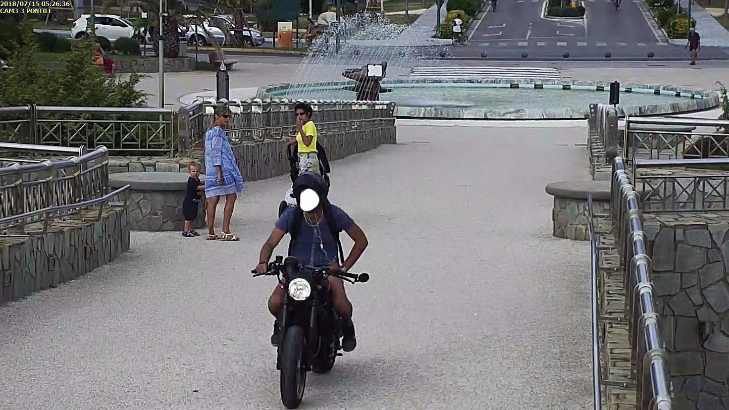 Scambia il pontile per un motodromo: centauro multato