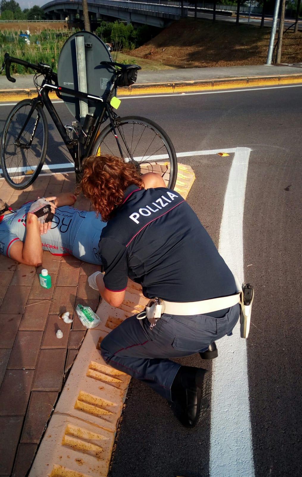 La Polizia soccorre due ciclisti caduti