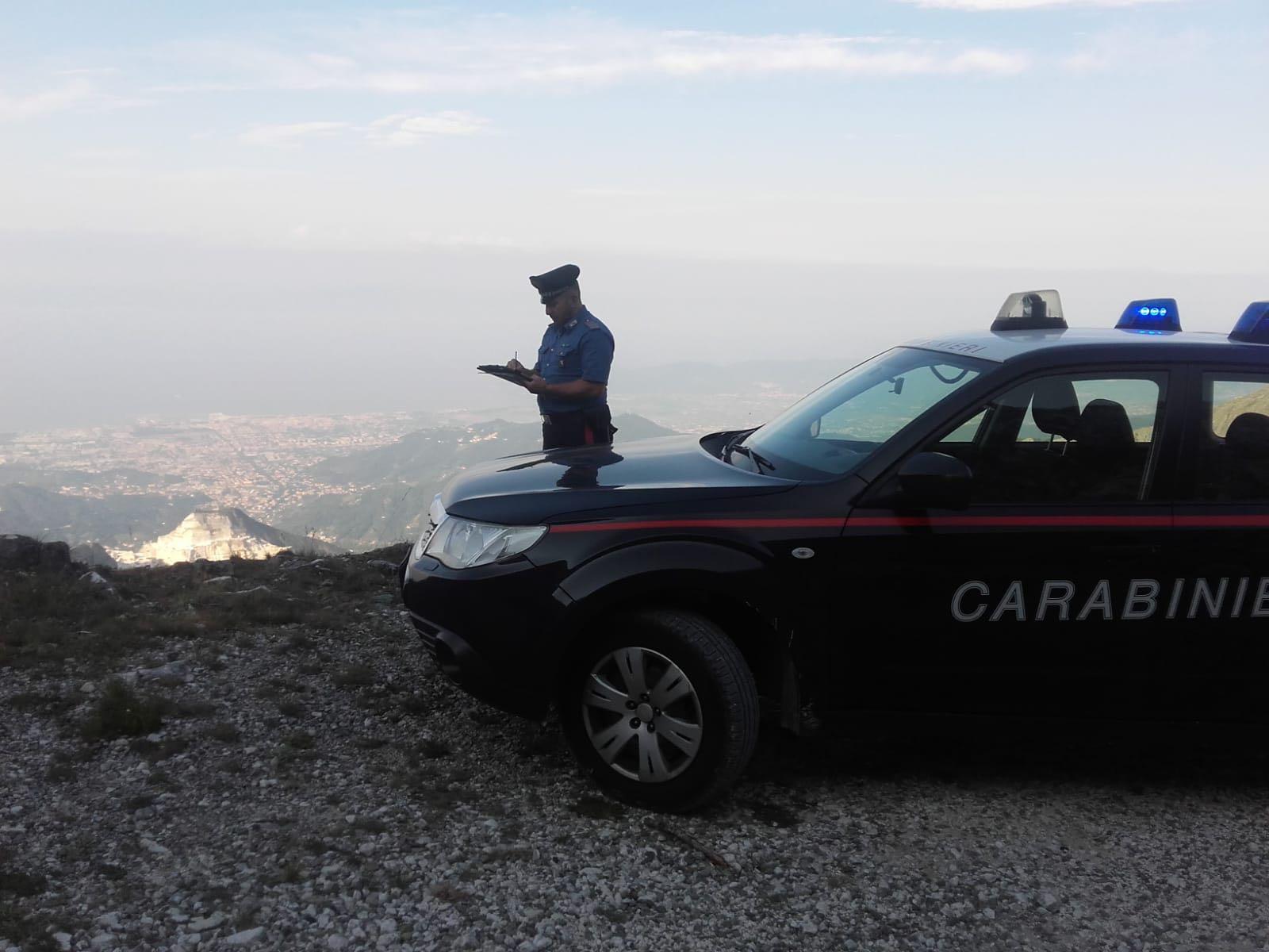 Raccoglie erbe aromatiche sul monte Sagro e precipita: tragedia sulle Apuane