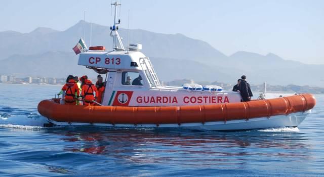 Imbarcazione a fuoco nel porto di Marina di Carrara, il comandante si salva