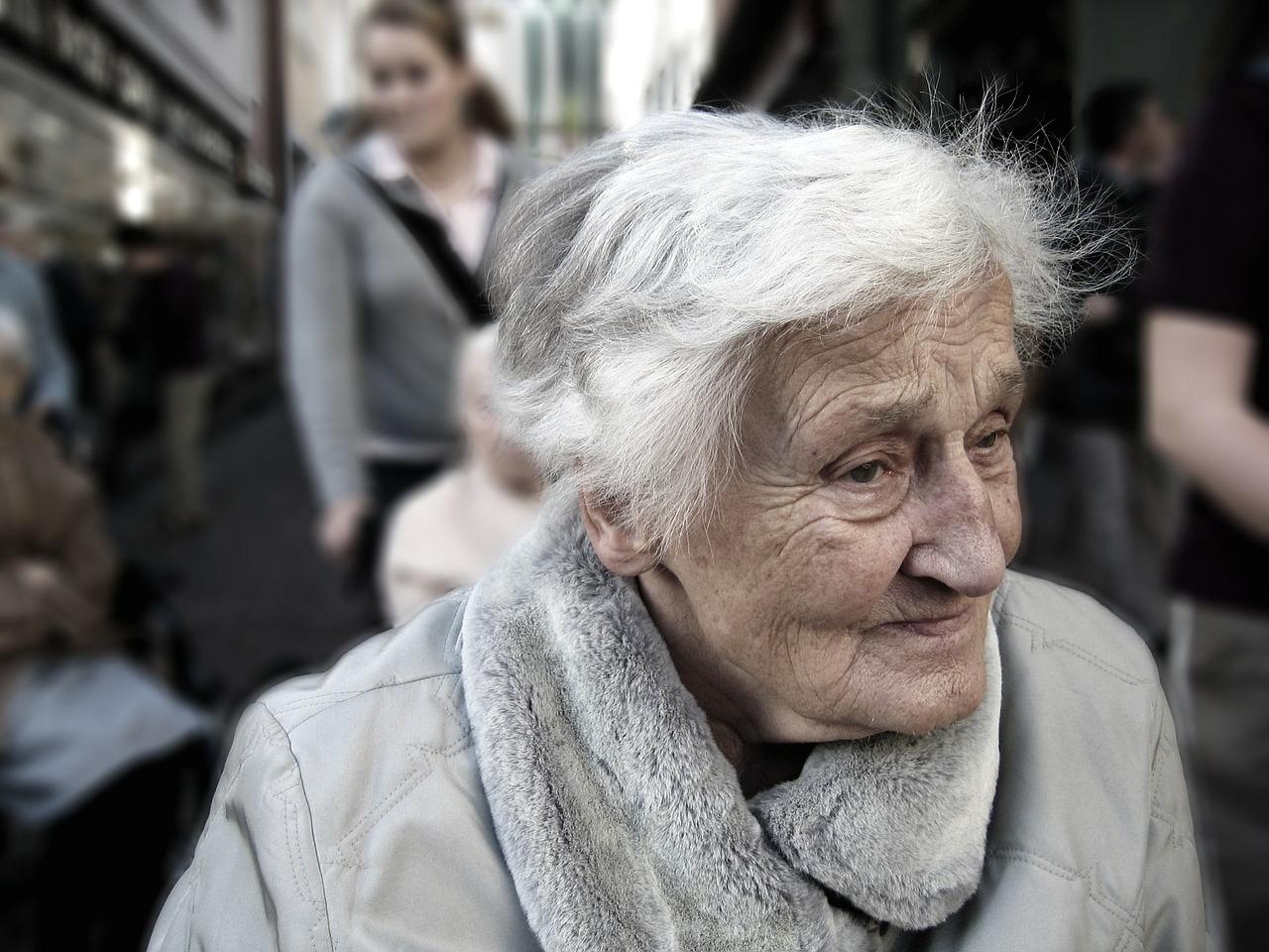 Anziani soli accompagnati dal medico, all'anagrafe o a pagare la bolletta e persino a visitare i propri cari al cimitero. E' il servizio Bus Città