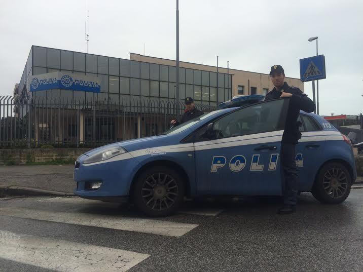 Inseguimento da film, i fuggiaschi speronano l'auto della Polizia: in manette un bosniaco