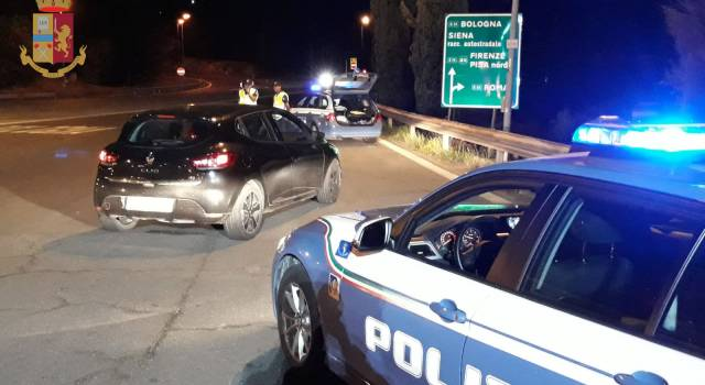Si lancia contromano sulla Firenze Mare per sfuggire all'etilometro dei poliziotti: arrestato