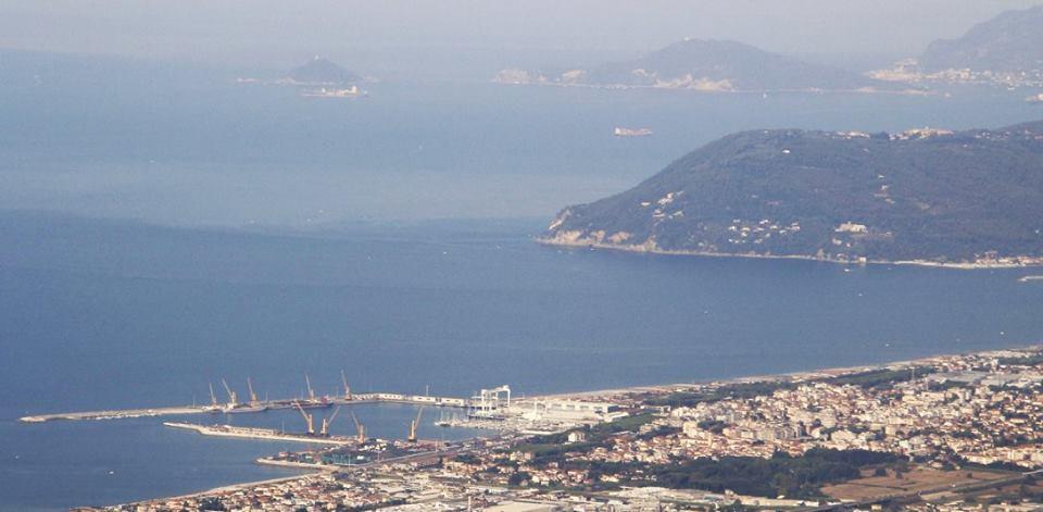 Ispezione in porto a Marina di Carrara e fermo per una nave battente bandiera delle Isole Comore