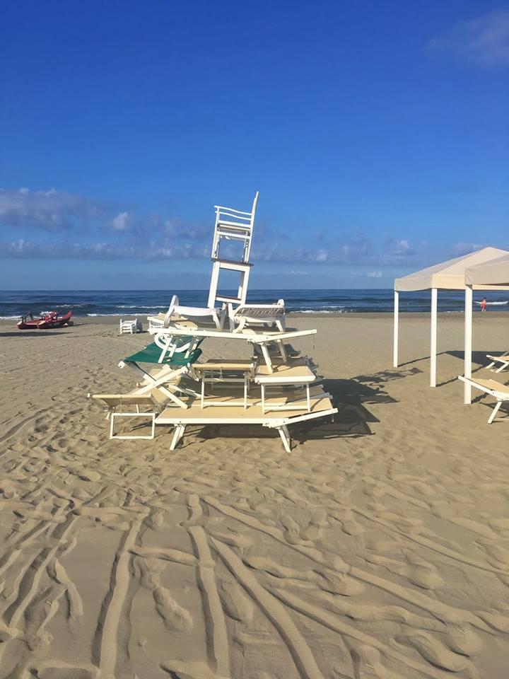 Vandali in spiaggia fanno castelli di lettini e sdraio e divelgono ombrelloni