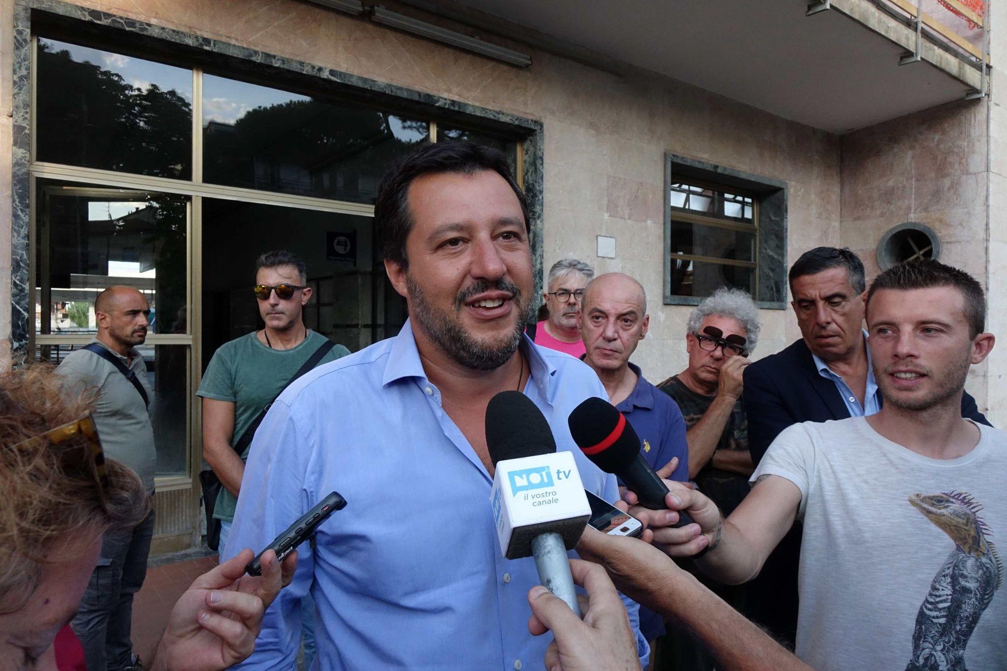 """Salvini a Viareggio, incontro a sorpresa con i familiari del disastro ferroviario: """"Mai più stragi impunite"""""""