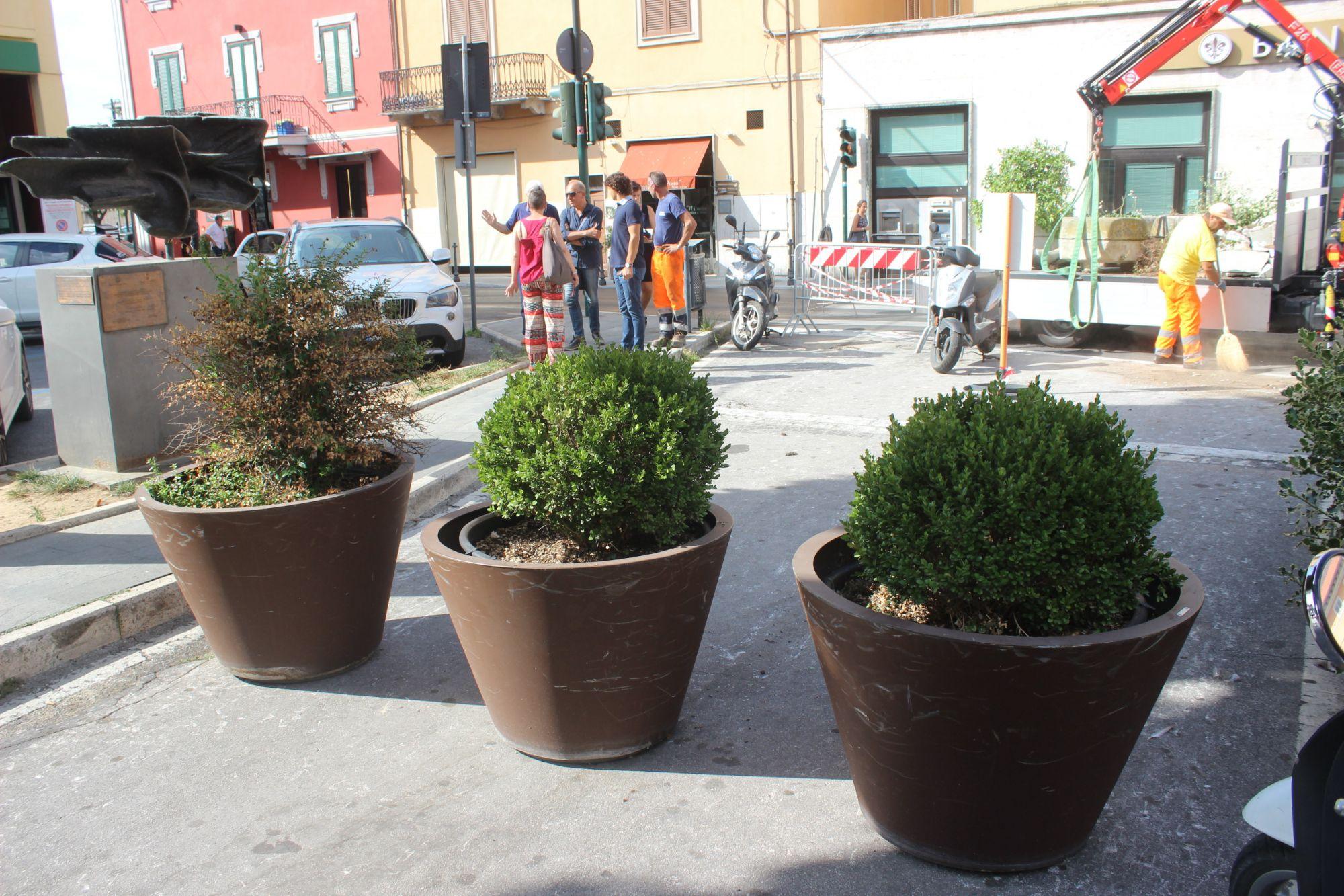 Divieto sosta e fioriere contro parcheggio selvaggio scooter a Porta a Pisa