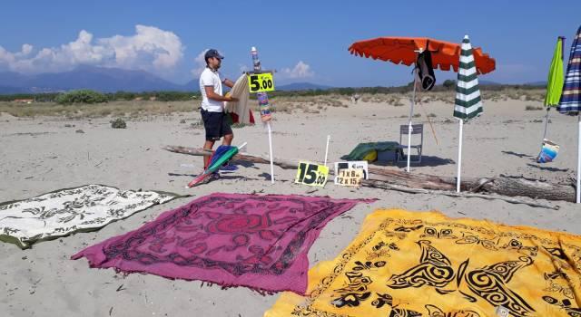 Blitz alla Lecciona: sequestrati ombrelli, teli da mare e bevande