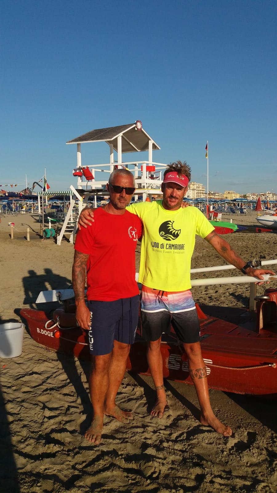 4 bagnanti in difficoltà in mare salvati dai bagnini Giuseppe Giannoni e Daniele Battisti