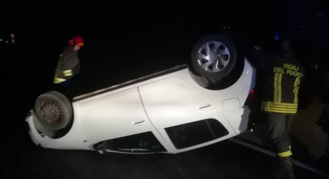 Auto si ribalta sull'Aurelia, due feriti