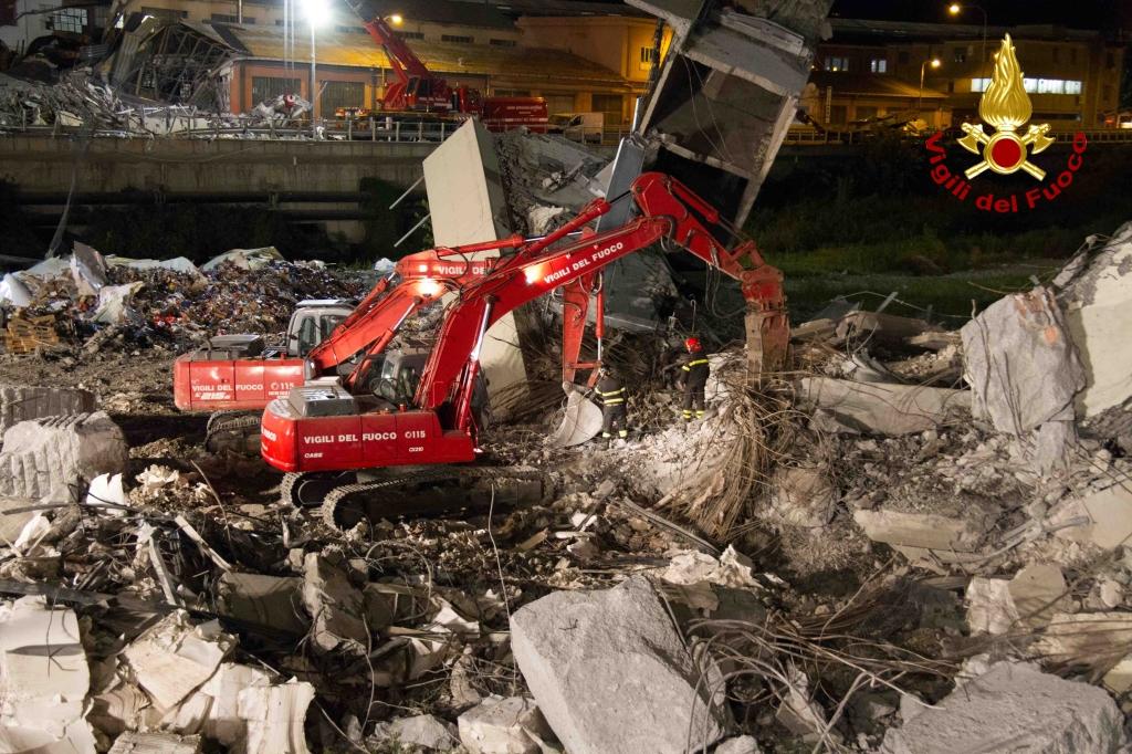 Ponte Morandi, nel video la seconda notte di scavi dopo il crollo