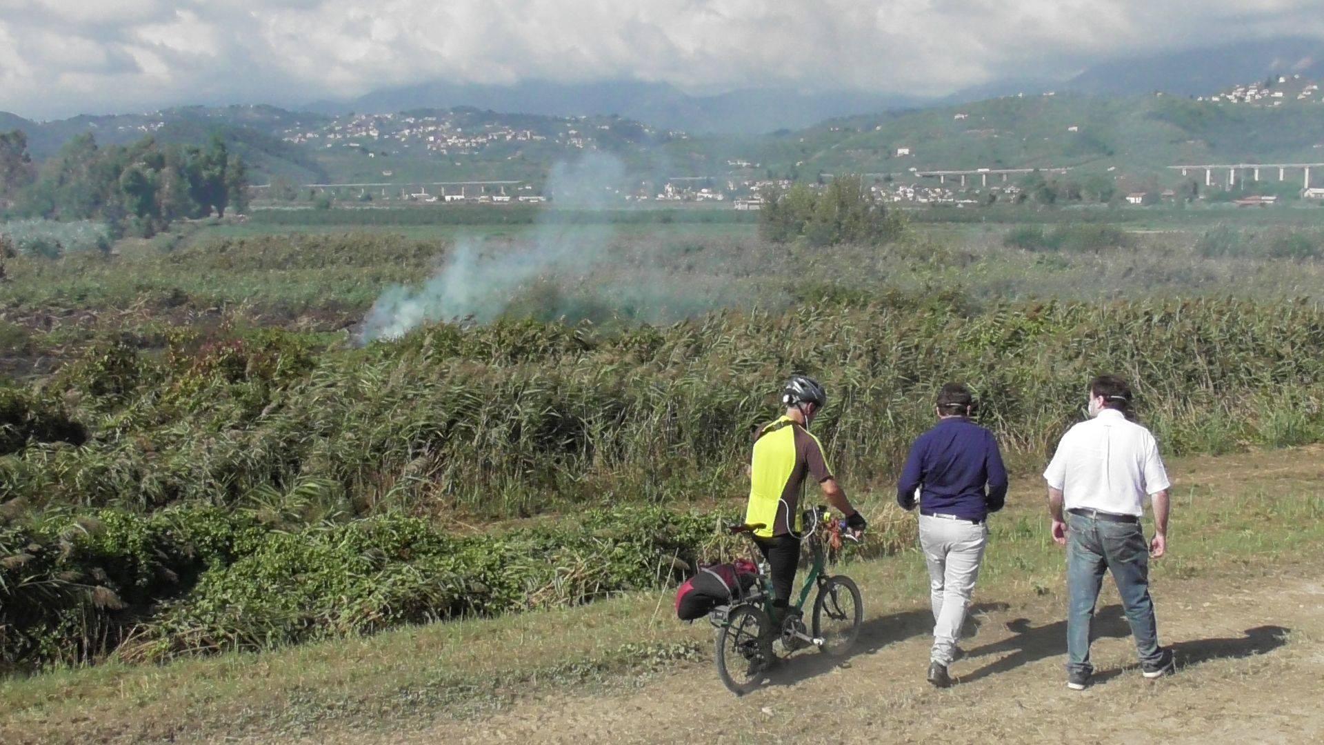 Incendio di torba e puzzo, il video del sopralluogo del senatore Ferrara con il consigliere Bernardi