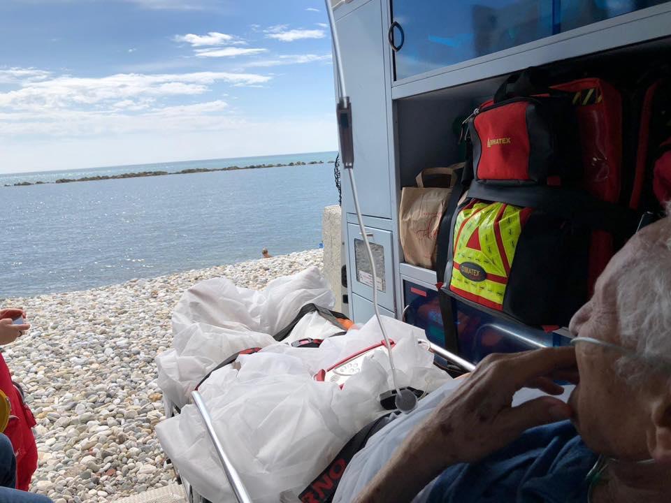 """""""Vorrei vedere il mare"""", l'ambulanza si ferma sulla spiaggia: esaudito il desiderio di un 80enne"""