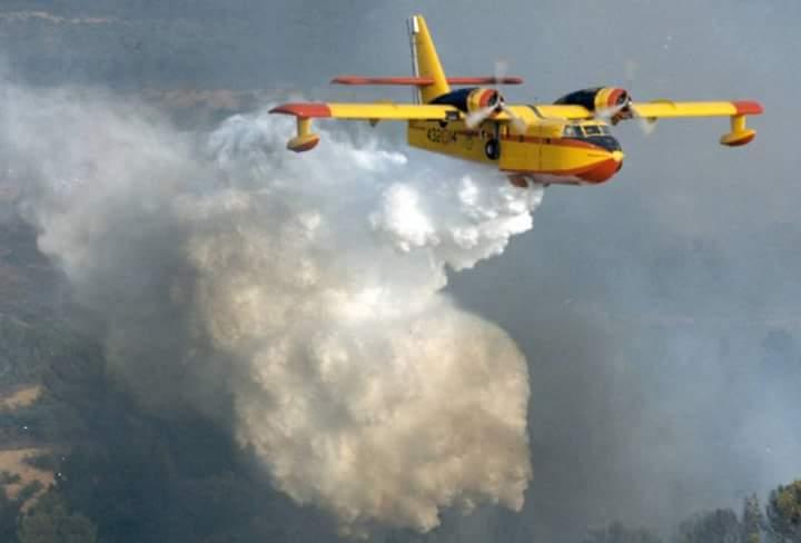 Incendio sopra Massa, fiamme visibili fin dalla Versilia