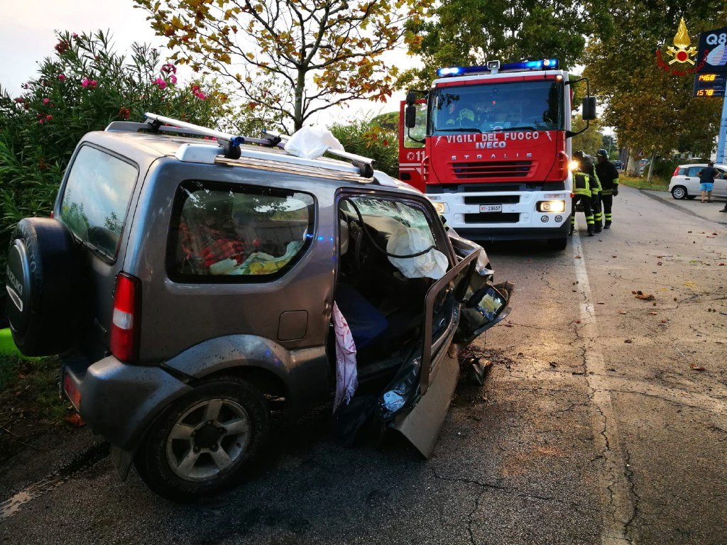 Incidente all'alba, auomobilista resta incastrato nella vettura