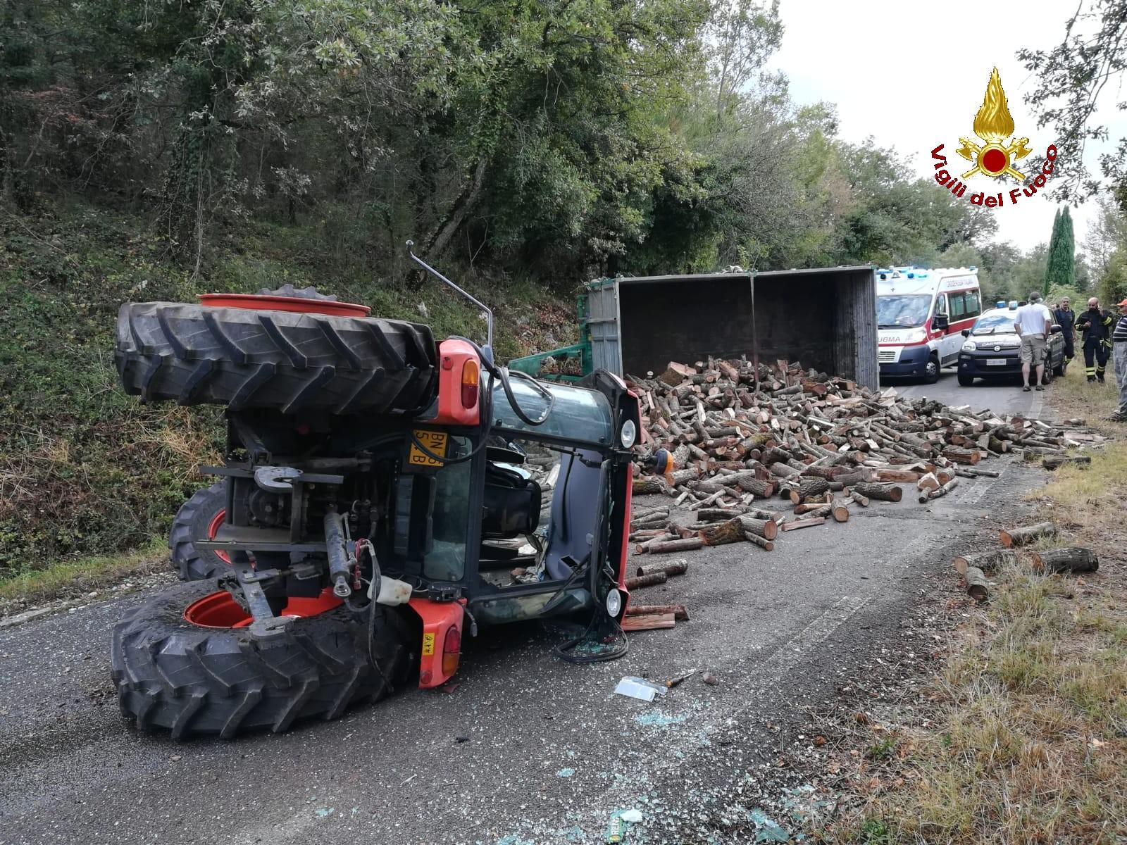 Muore sotto al trattore ribaltato: vani i soccorsi