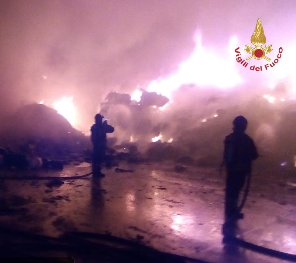 A fuoco nella notte capannone per la lavorazione di rifiuti speciali: sul posto anche Arpat e Asl