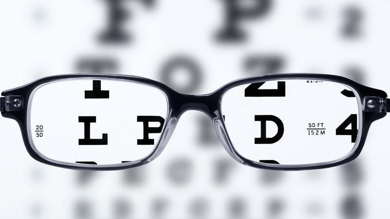 Connessione in rete h24 e miopia in aumento fra i giovani: i consigli dell'oculista