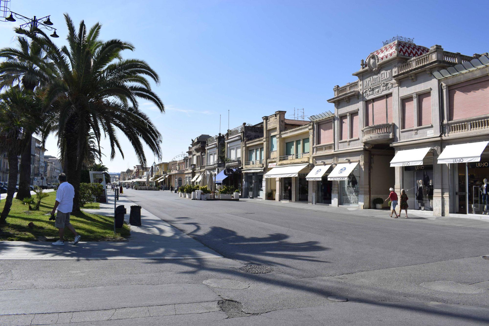Lavoratori stagionali precari e ricattabili, gazebo in passeggiata a Viareggio per offrire aiuto