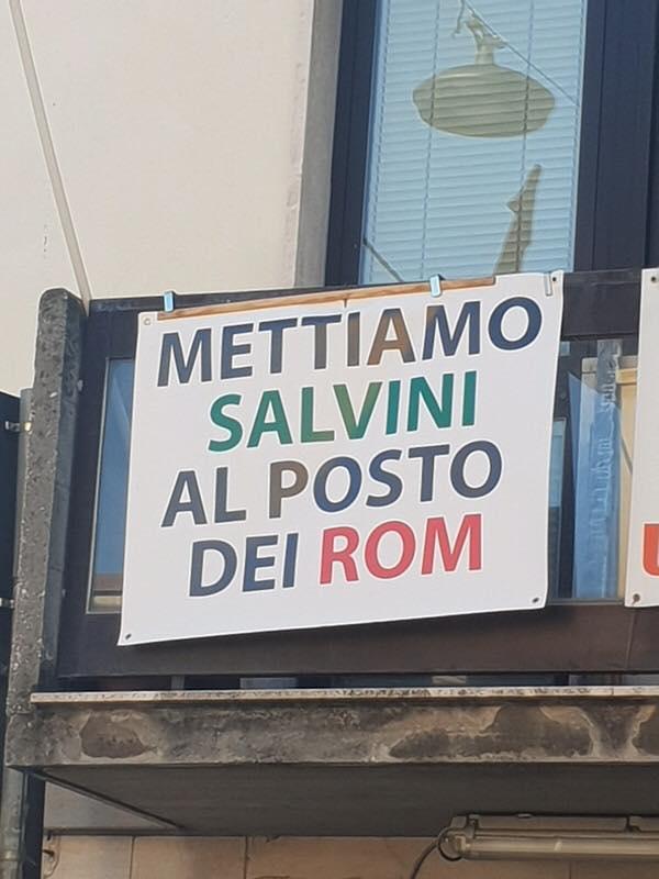 """""""Mettiamo Salvini al posto dei Rom"""", striscione a Viareggio e scoppia il """"caso"""""""