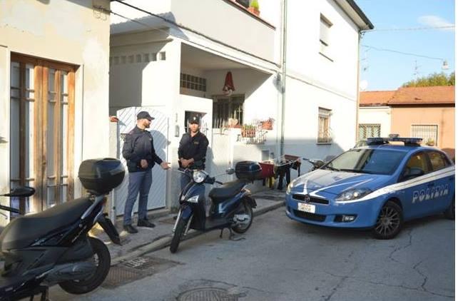 Blitz in una casa disabitata, trovati 4 marocchini a dormire su materassi di fortuna