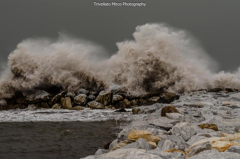 La mareggiata a Marina di Massa nei clic di Mirco Trivellato