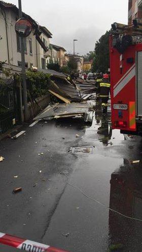 Tromba d'aria a Lucca, alberi caduti e una casa scoperchiata: tragedia sfiorata in strada