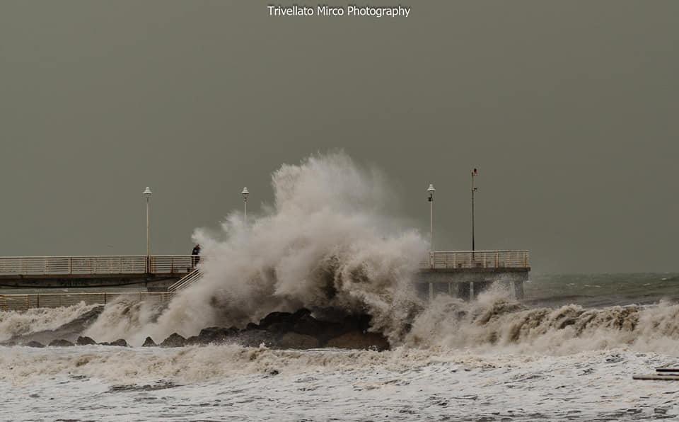 Allerta meteo, rimane codice giallo solo sulla costa per rischio mareggiate