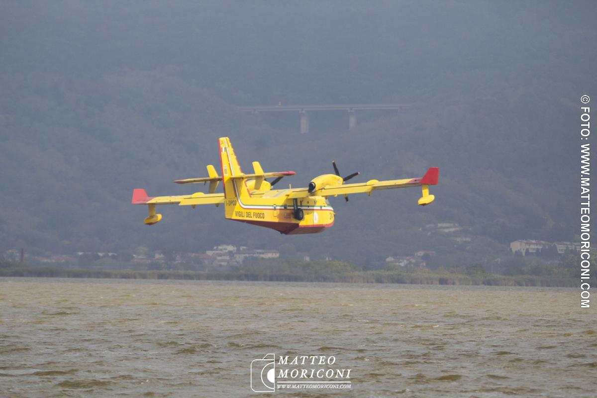 Fiamme sul Monte Serra, i Canadair a Torre del Lago per rifornirsi di acqua