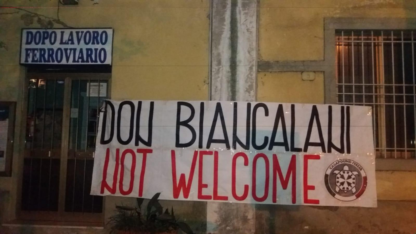 """Striscione di CasaPound contro Don Biancalani: """"Non è il benvenuto a Lucca. Basta immigrazione"""""""