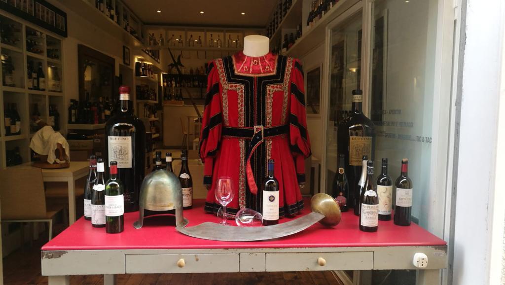 Shopping inedito nel centro storico di Pietrasanta tra armature, spade, drappi ed abiti storici
