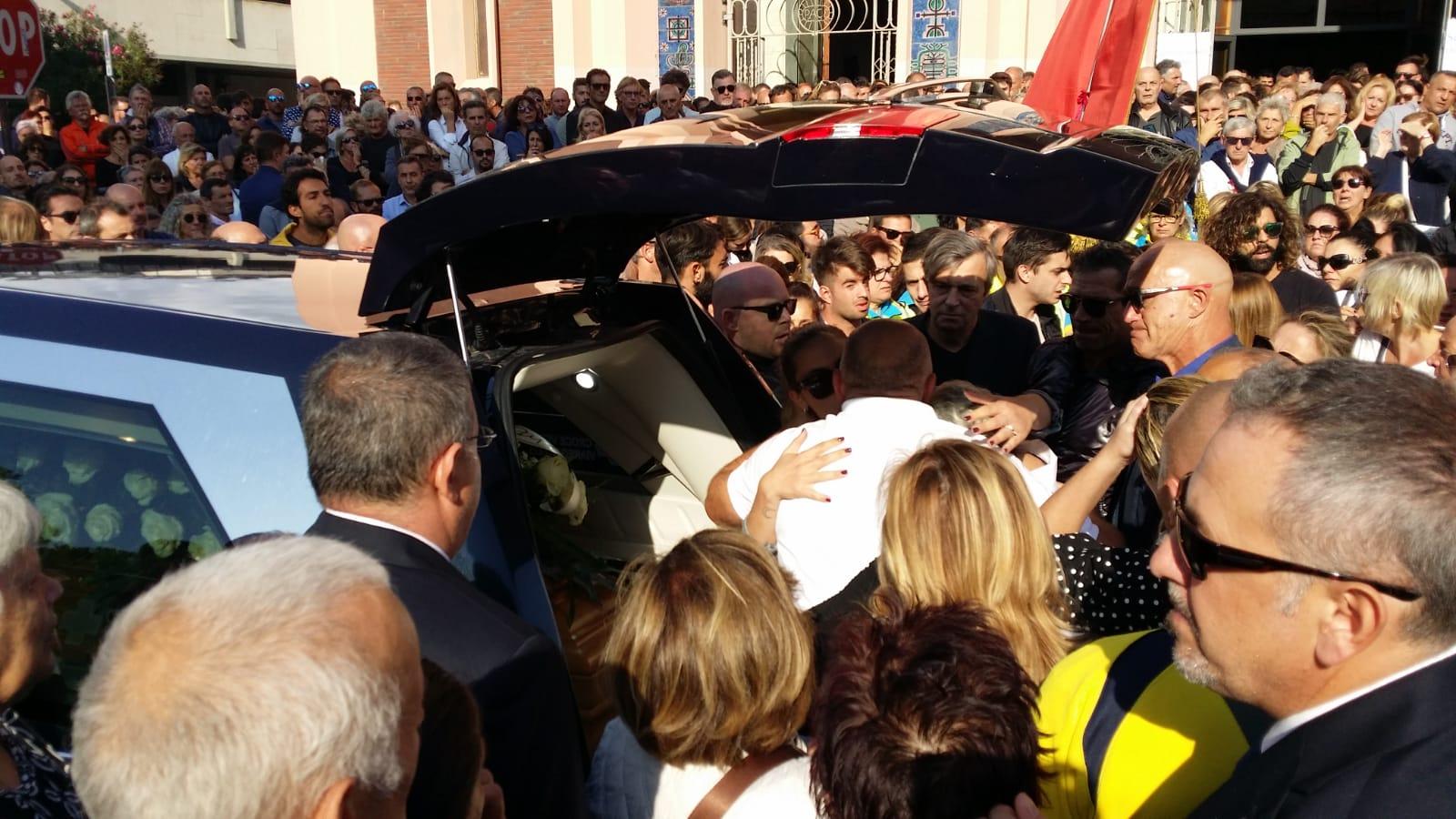 Fiori bianchi e lacrime: Viareggio si è fermata per l'ultimo saluto ad Alessandro Cecchi