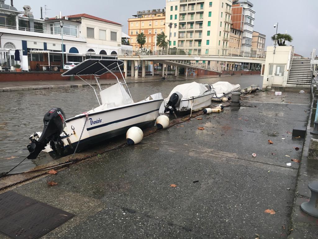 Burlamacca alta,  le barche finiscono sulle banchine
