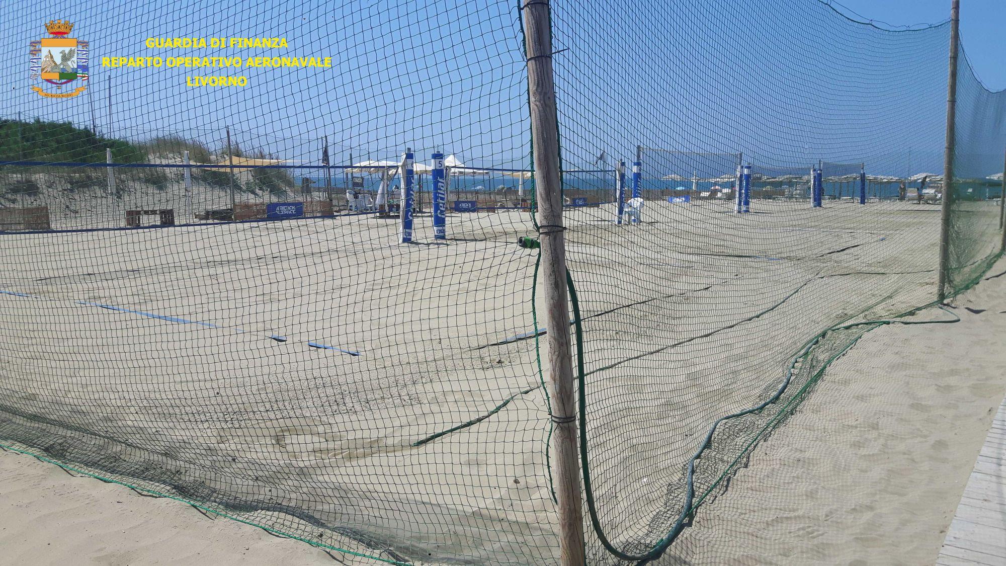 Un bar e 5 campi di beach volley e beach tennis irregolarmente gestiti
