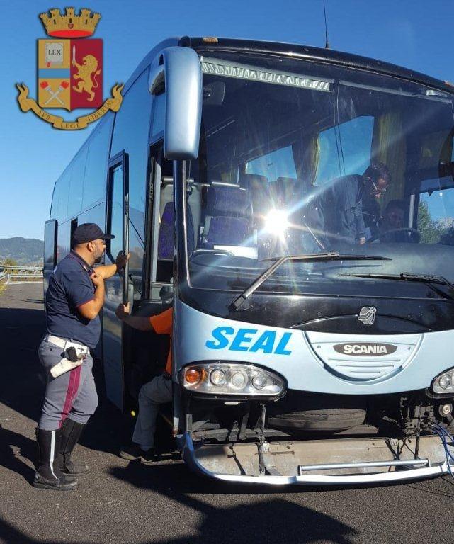 Il bus si guasta, ma gli studenti raggiungono Assisi grazie a San Francesco, che gli manda la Polstrada in aiuto