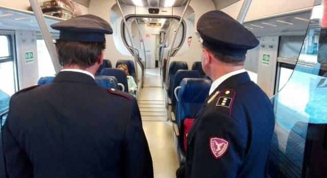 Controlli a tappeto della Polizia sui treni diretti nelle località di mare (video)