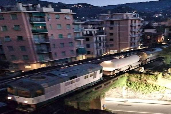 """Cisterna carica di cloroformio deraglia in Liguria: """"Paura come a Viareggio"""""""