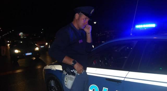 Vede un giovane forzare una porta e chiama la Polizia, arrestato