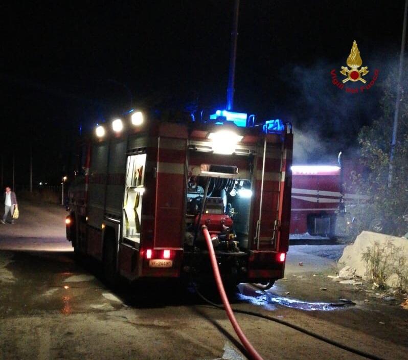 Incendio in discarica, vicino al campo rom