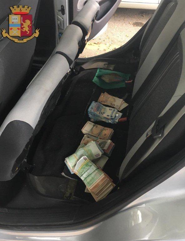 Beccati in autostrada due corrieri con un chilo di droga e 50.000 euro in contanti