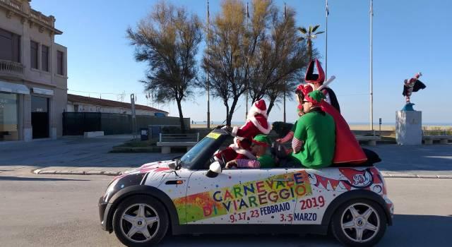 Anche a Natale a Viareggio ogni scherzo vale: Ondina e Burlamacco catturano Babbo Natale