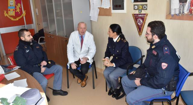 Offesi e risarciti, due poliziotti donano la somma ricevuta a Pediatria di Livorno