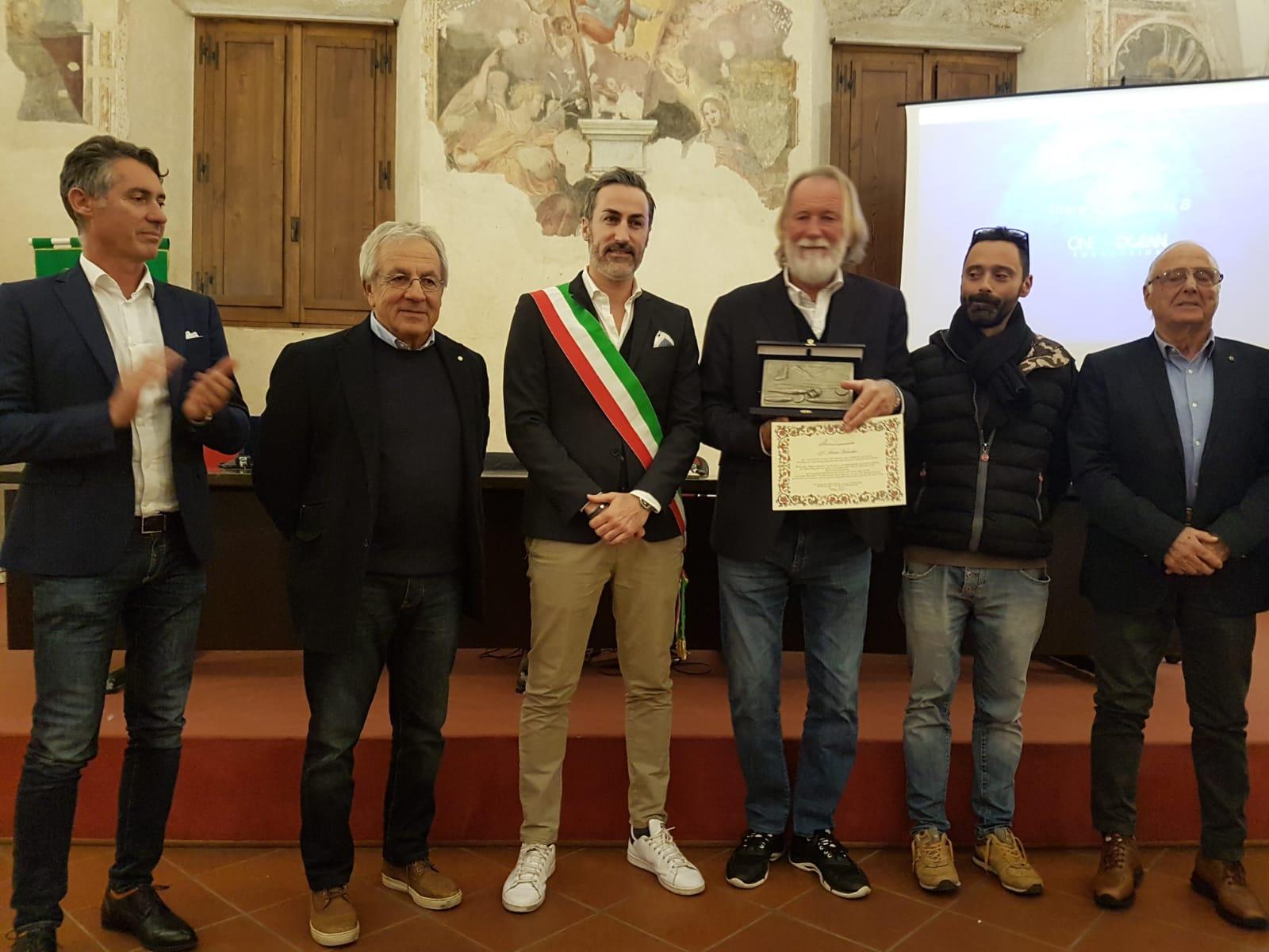 Sport: premiato paladino mare pulito Mauro Pelaschier, l'abbraccio dei velisti della Versilia
