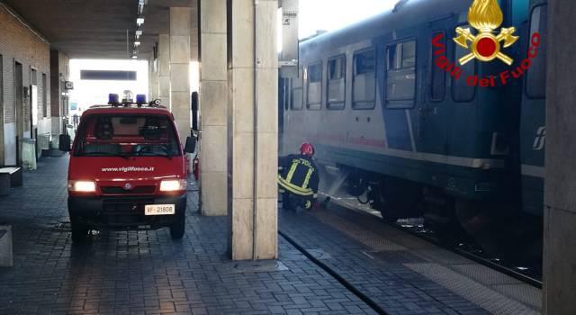 Locomotore di un treno passeggeri a fuoco