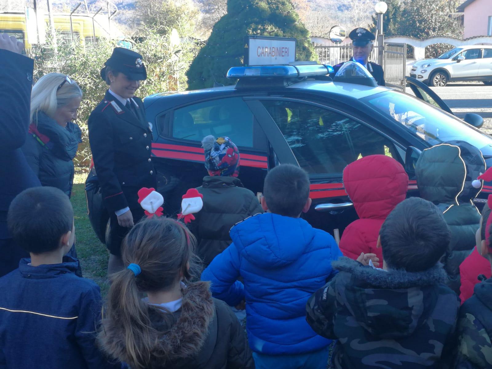 I bambini donano il presepe ai Carabinieri