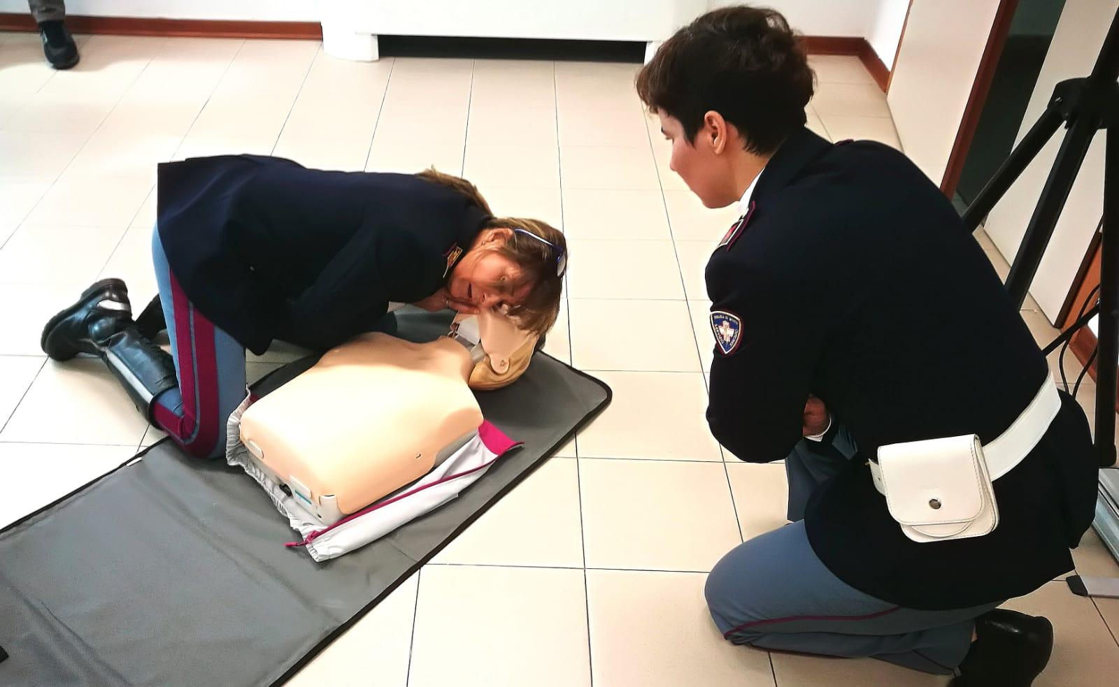 La Polizia di Lucca a lezione per imparare a usare il defibrillatore