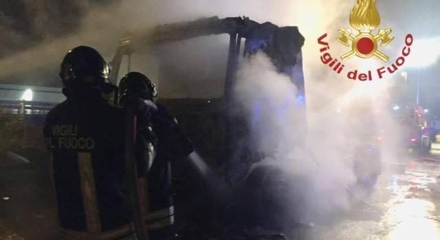 Camion in fiamme, si indaga sulle cause dell'incendio